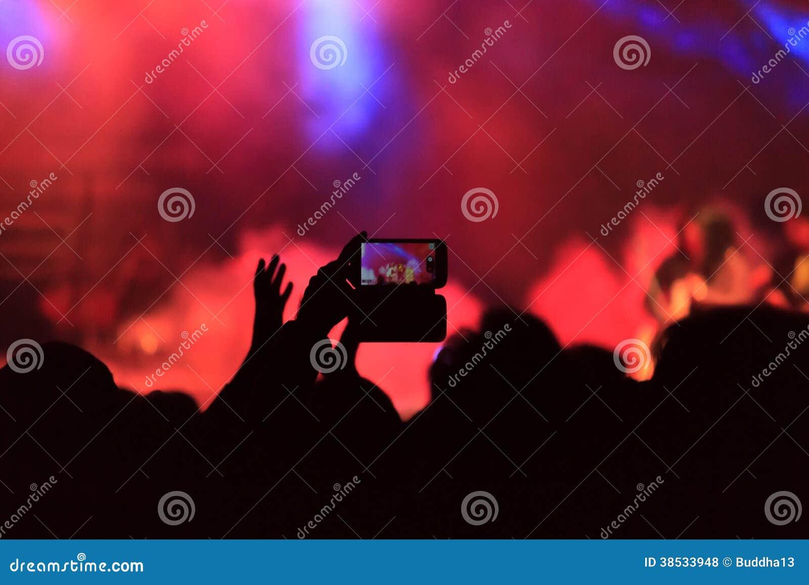 Felicità mentre godendo del concerto in tensione