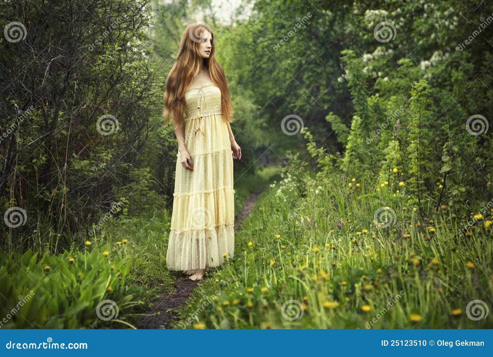 Felik kvinna för skogfotoromantiker
