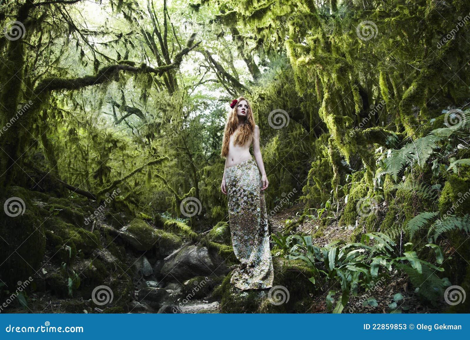 Felik kvinna för skogståenderomantiker
