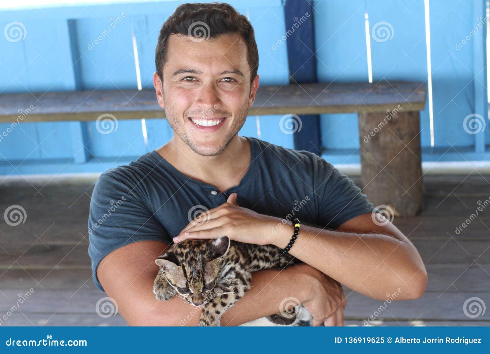 Felino salvaje humano blando del bebé que se sostiene