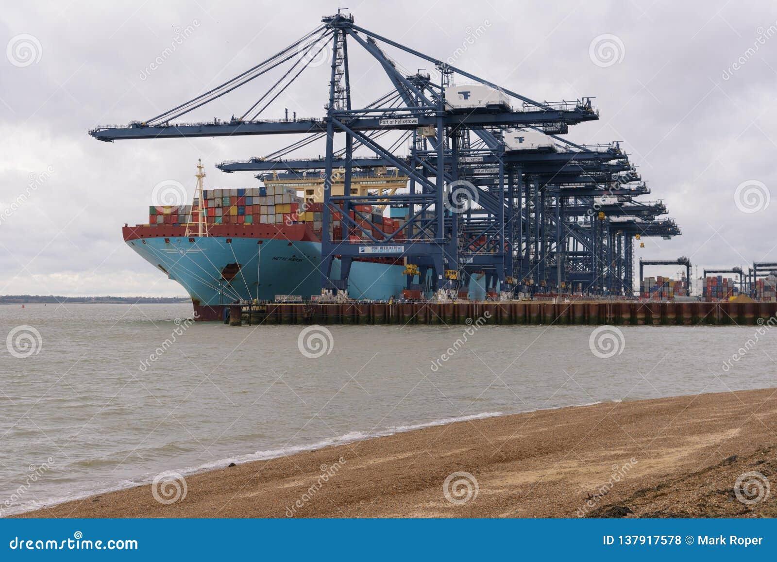 FELIXSTOWE, REGNO UNITO - 29 DICEMBRE 2018: La linea la nave porta-container Mette Maersk di Maersk si è messa in bacino al porto