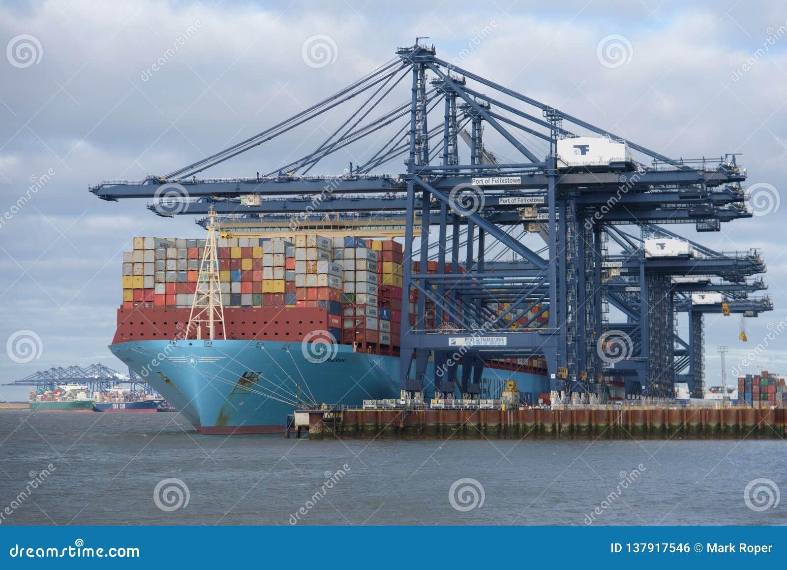 FELIXSTOWE, VEREINIGTES KÖNIGREICH - 27. JANUAR 2019: Maersk-Linie Containerschiff Milan Maersk koppelte an Felixstowe-Hafen im S