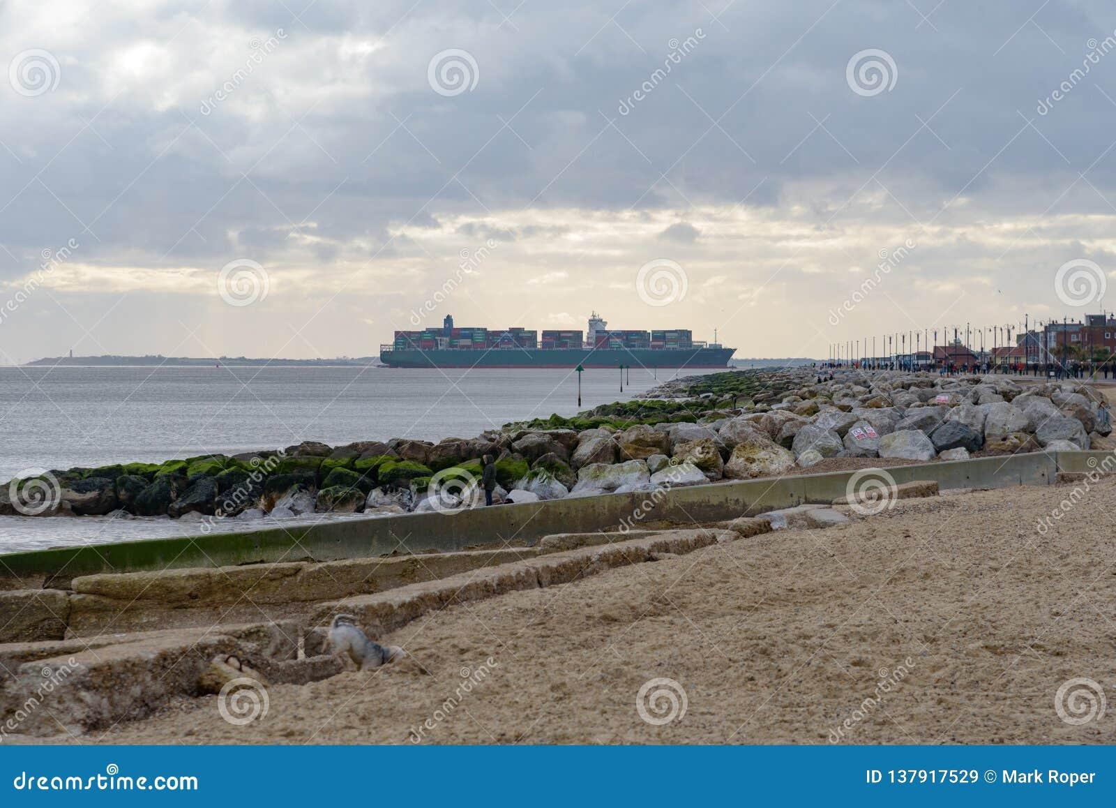 FELIXSTOWE, VEREINIGTES KÖNIGREICH - 27. JANUAR 2019: Thalassa Doxa-Containerschiff an der Felixstowe-Seeseiteüberschrift in Rich