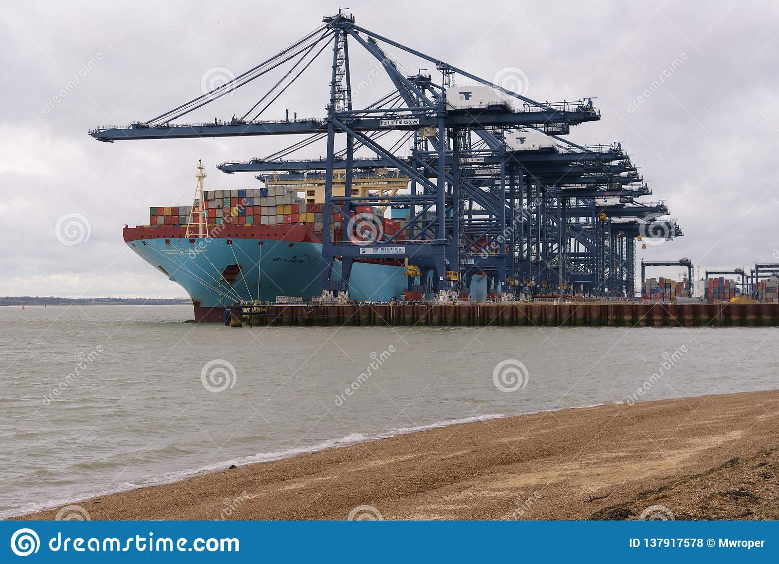 FELIXSTOWE, ZJEDNOCZONE KRÓLESTWO - DEC 29, 2018: Maersk Wykłada zbiornika statek Mette Maersk dokujący przy Felixstowe portem