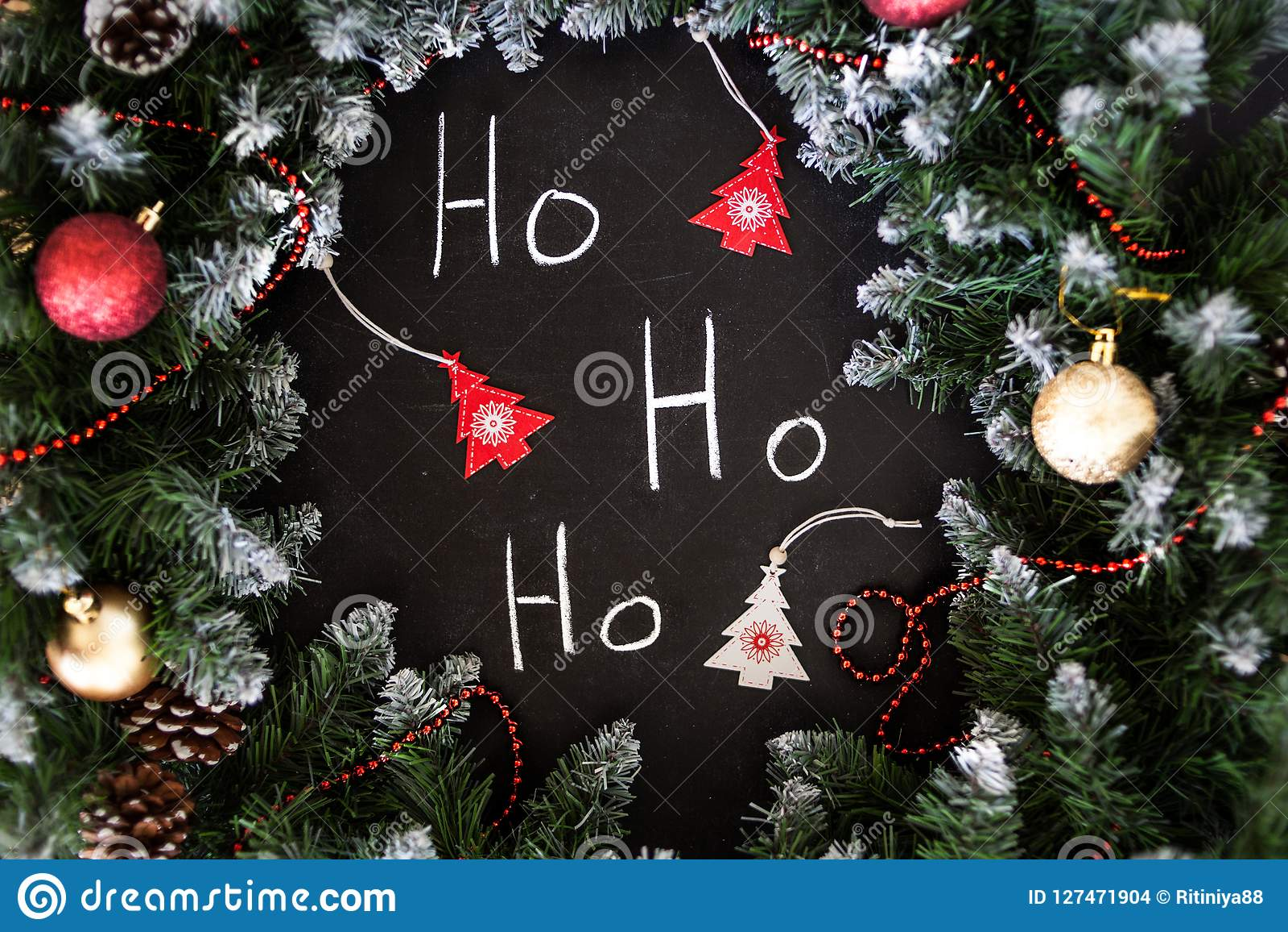 Feliz Año Nuevo de la inscripción en tablero negro Tablero negro con Feliz Año Nuevo de la inscripción de la mano con tiza