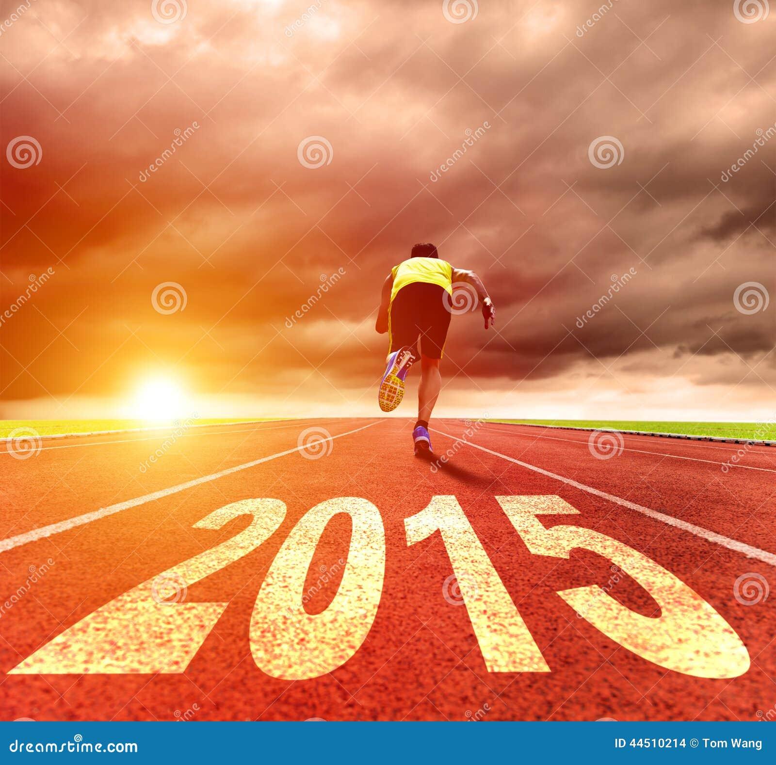 Feliz Año Nuevo 2015 hombre joven que corre con salida del sol