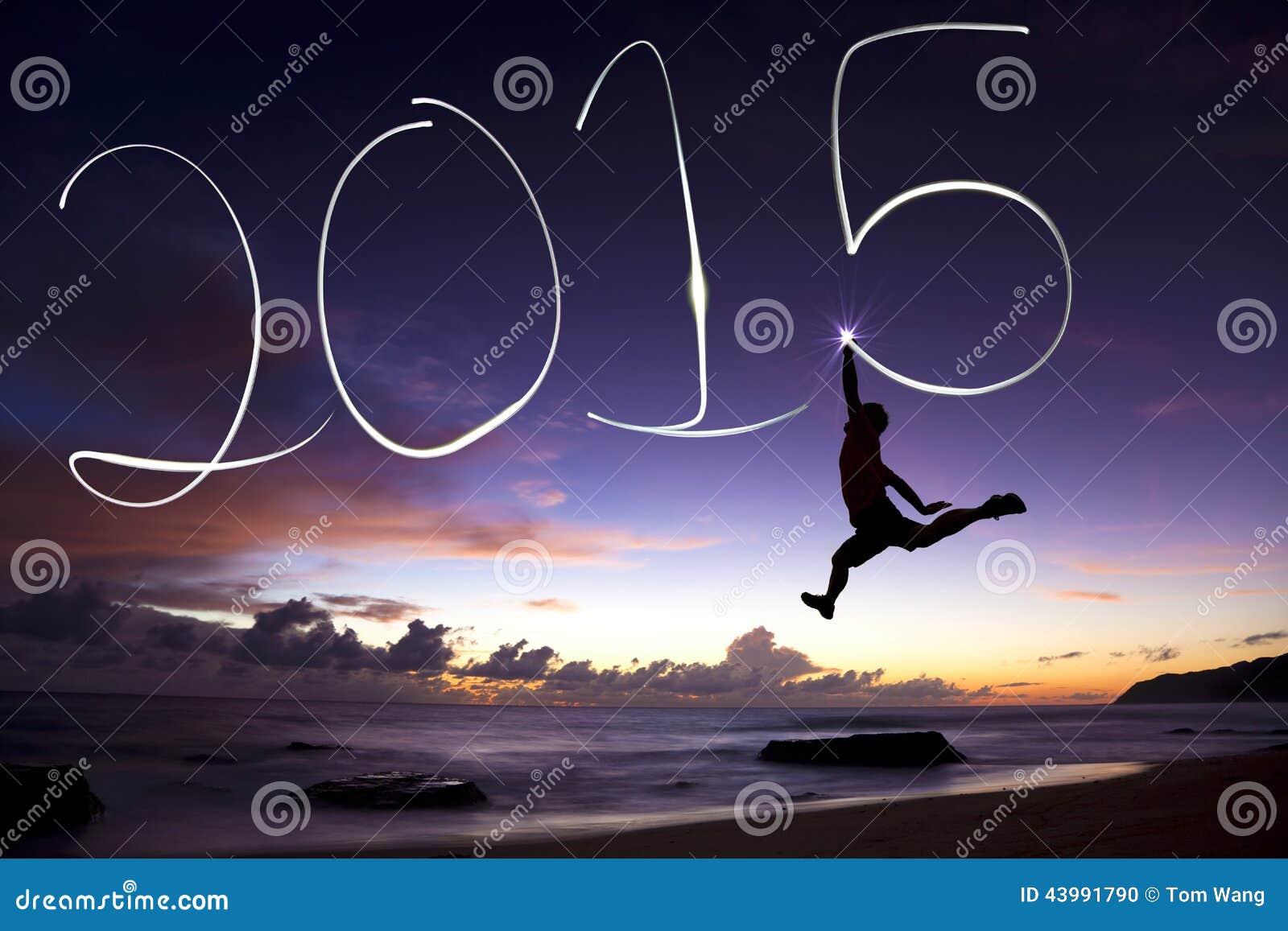 Feliz Año Nuevo 2015 hombre joven que salta y que dibuja 2015