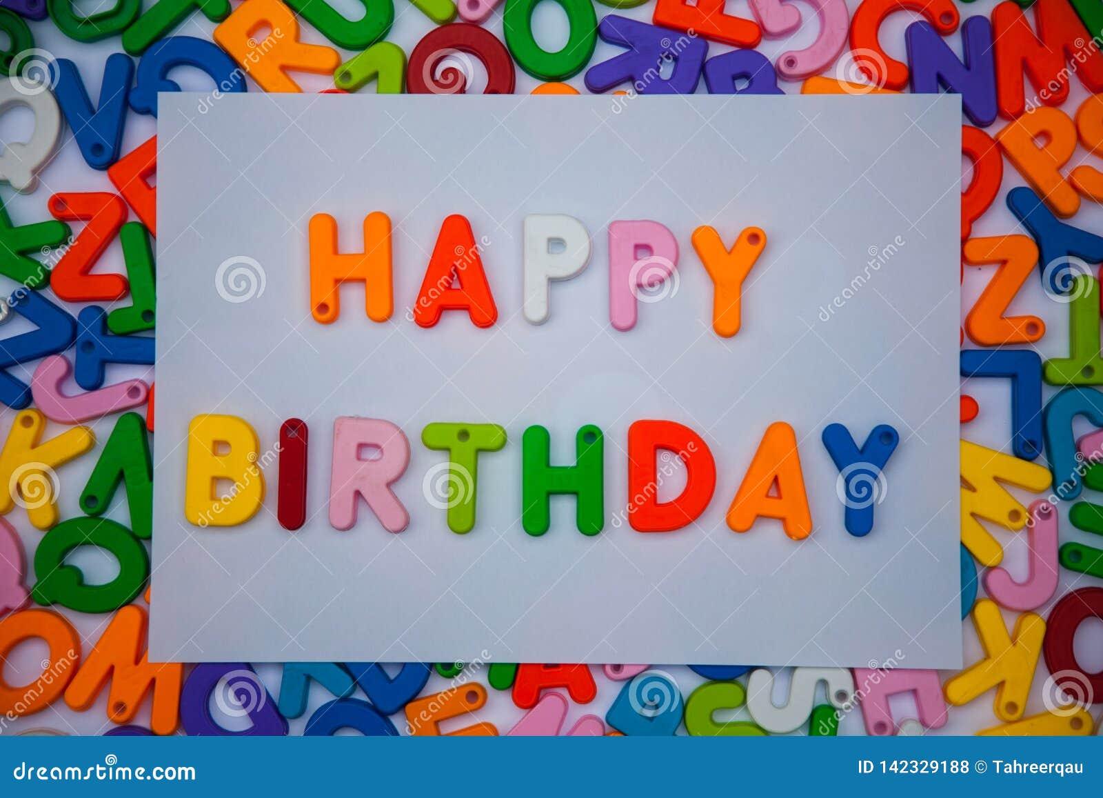 Feliz aniversario escrito com blocos do alfabeto