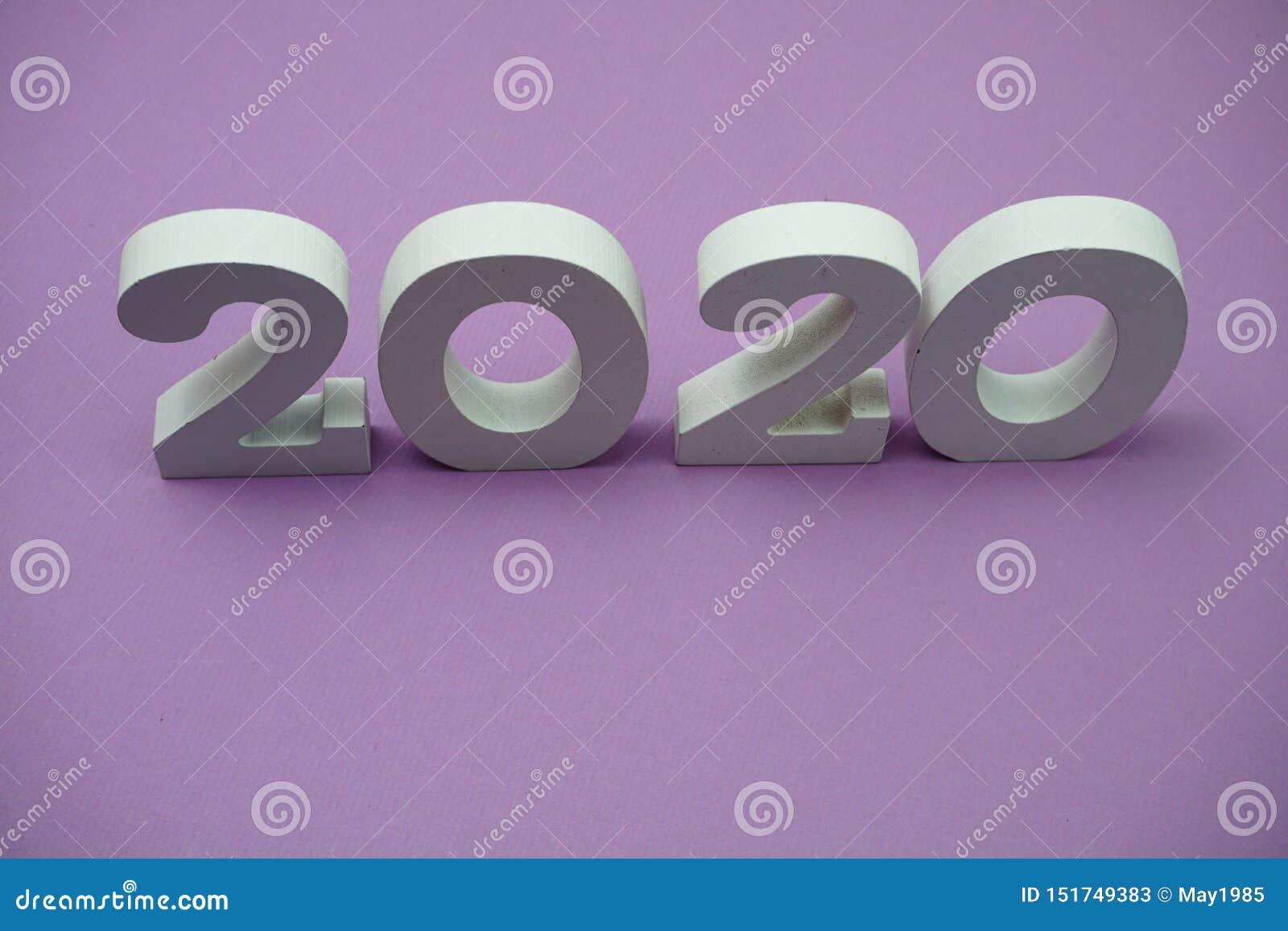 2020 feliz ano novo sobre fundo roxo