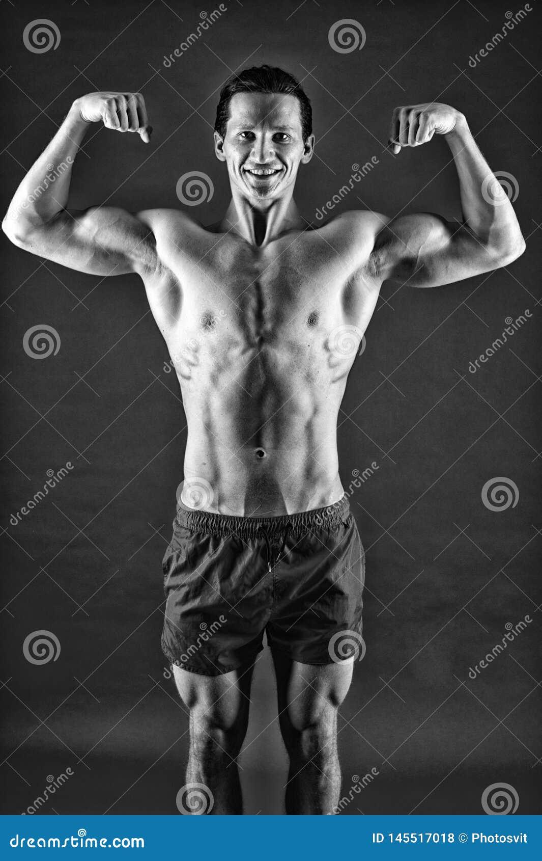 Feliz e desportivo r Homem da aptid?o que exercita no Gym caiba seu corpo e perca o peso esporte