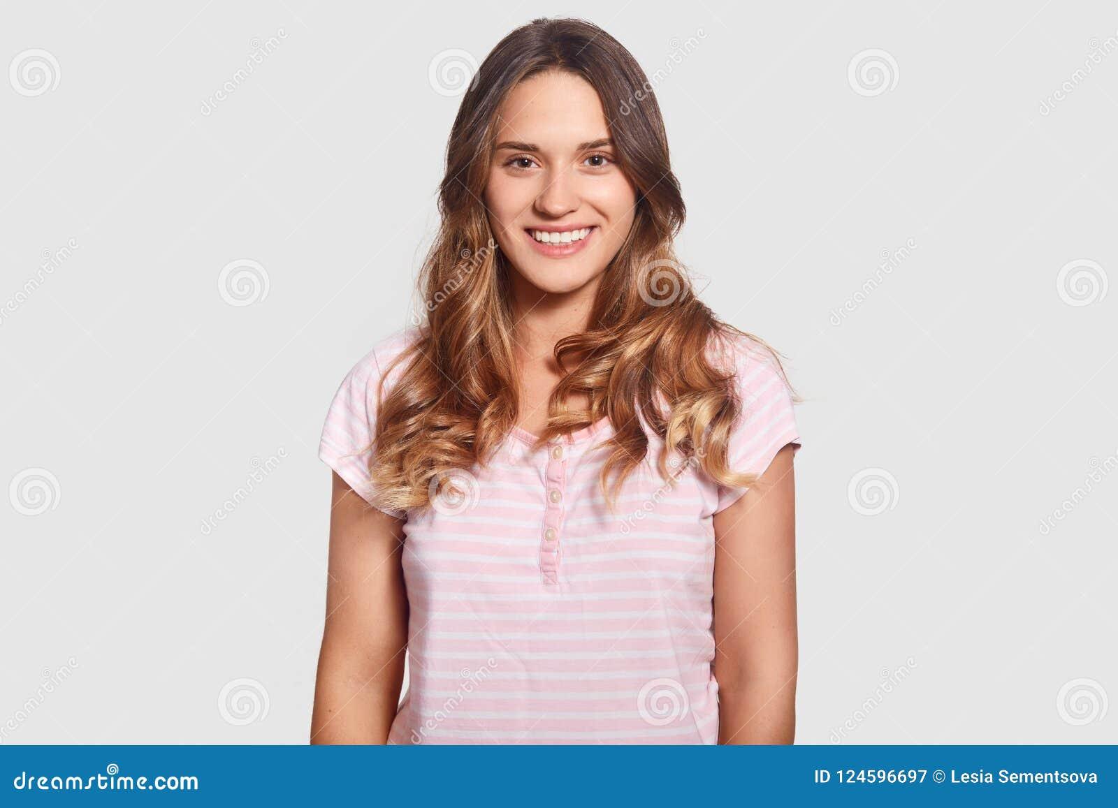 Feliz hembra caucásica joven hermosa preciosa en pijamas casuales, estando en el buen sueño del buen ater del humor, aislado sobr