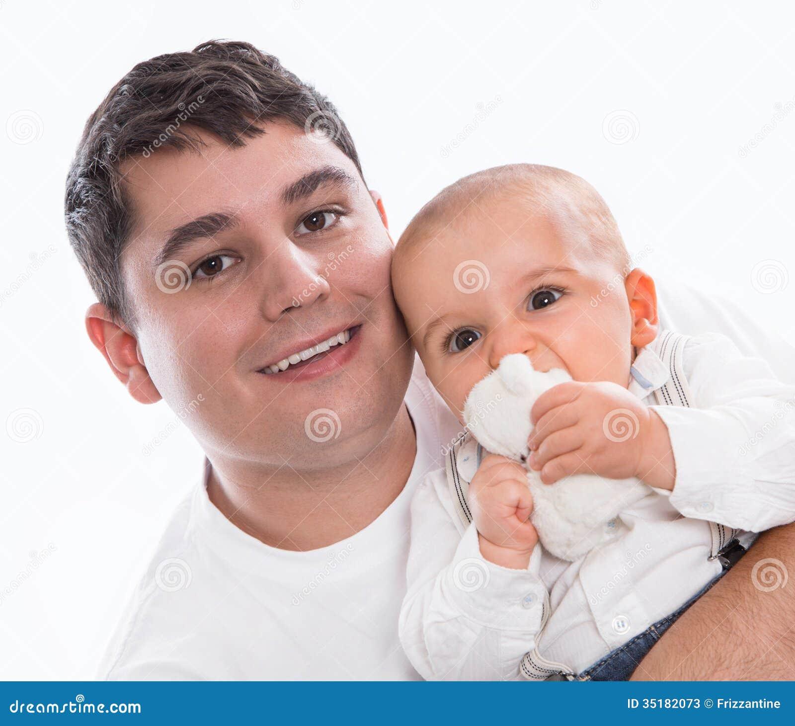 Feliz junto: pai ou progenitor novo com o bebê isolado