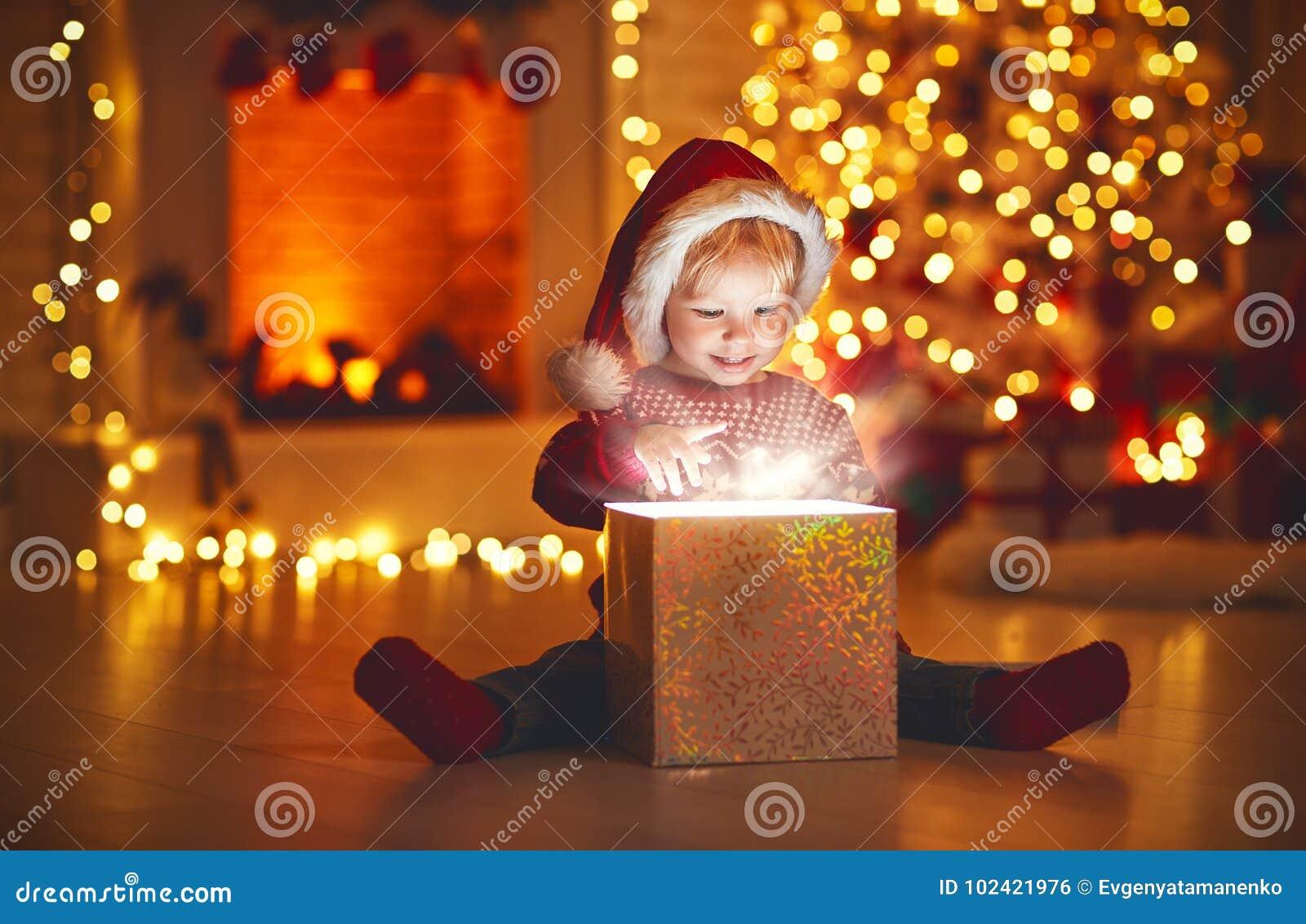 Feliz Natal! bebê feliz com presente mágico em casa