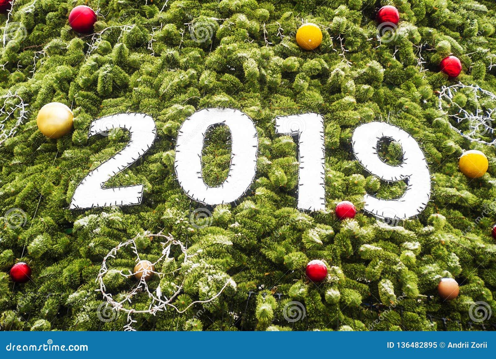 Feliz Navidad 2019 y Feliz Año Nuevo con el árbol de navidad como fondo Feliz Año Nuevo