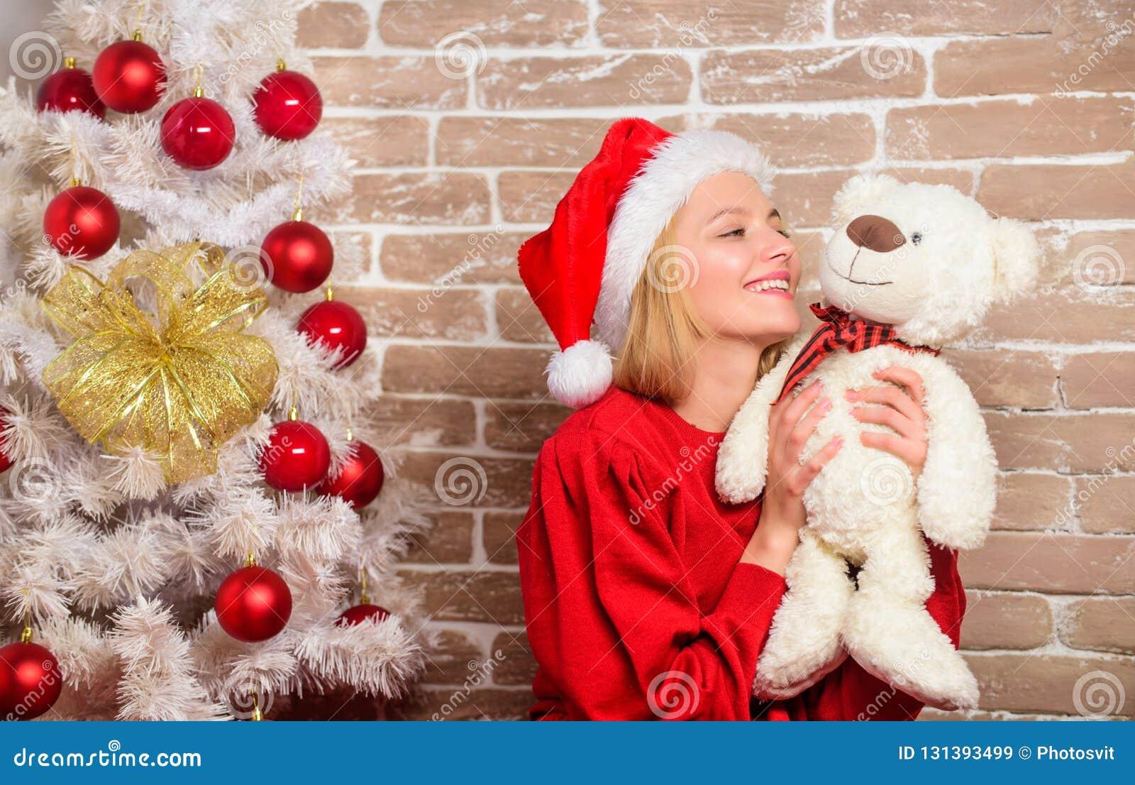 Feliz Navidad y Feliz Año Nuevo Partido del Año Nuevo Muchacha feliz en el sombrero de Papá Noel Regalos de la Navidad de la entr