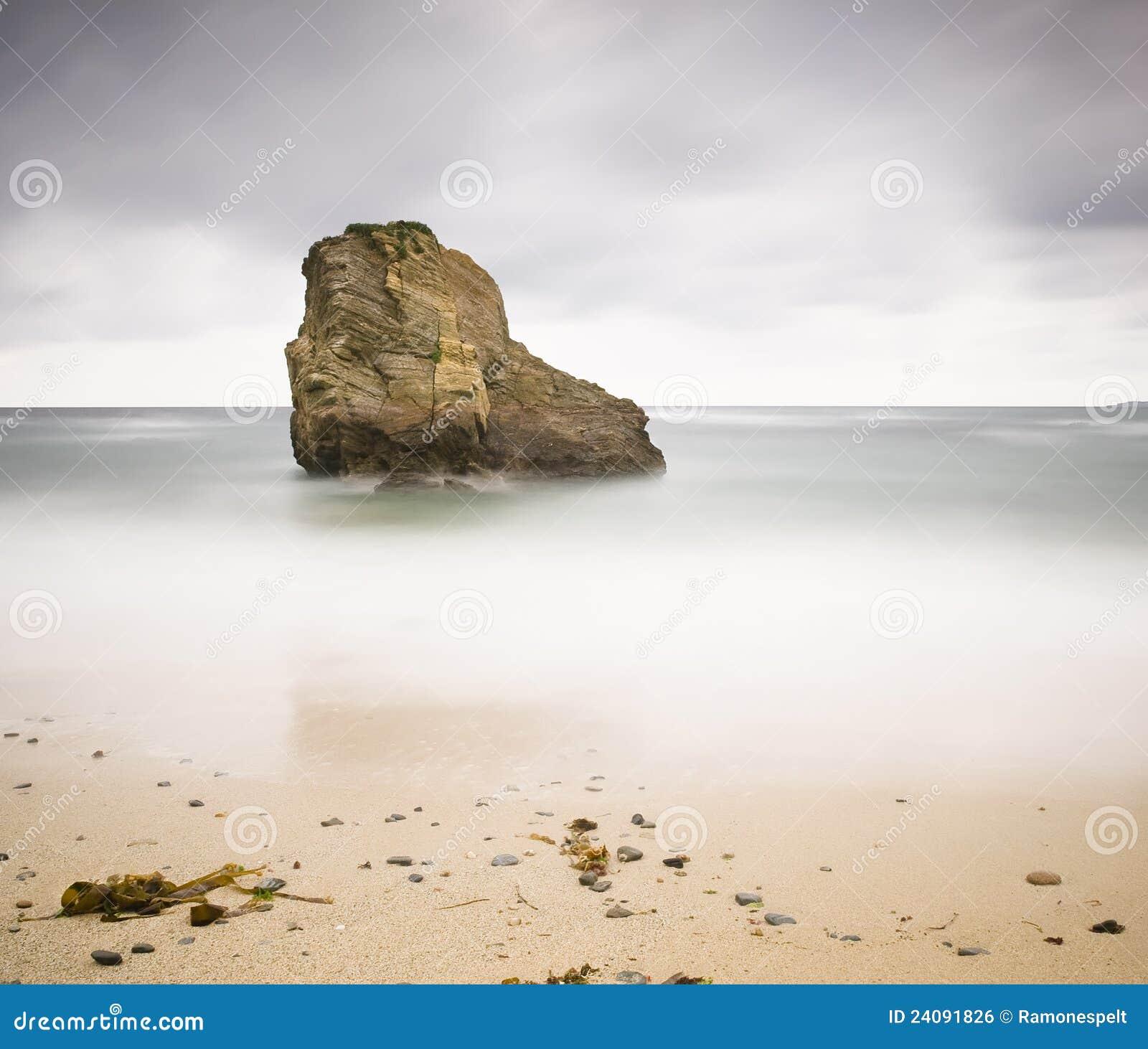 Felsen auf einem Strand mit langer Berührung