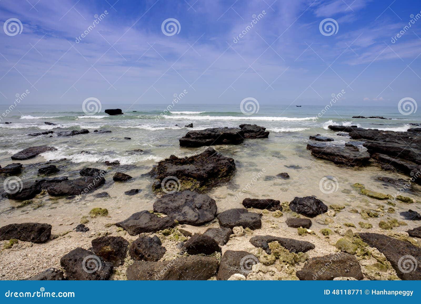 Felsen, Meer und blauer Himmel