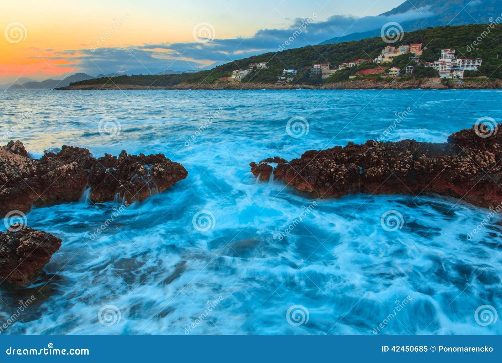 Felsen und ihre Reflexion im Meer bei Sonnenaufgang