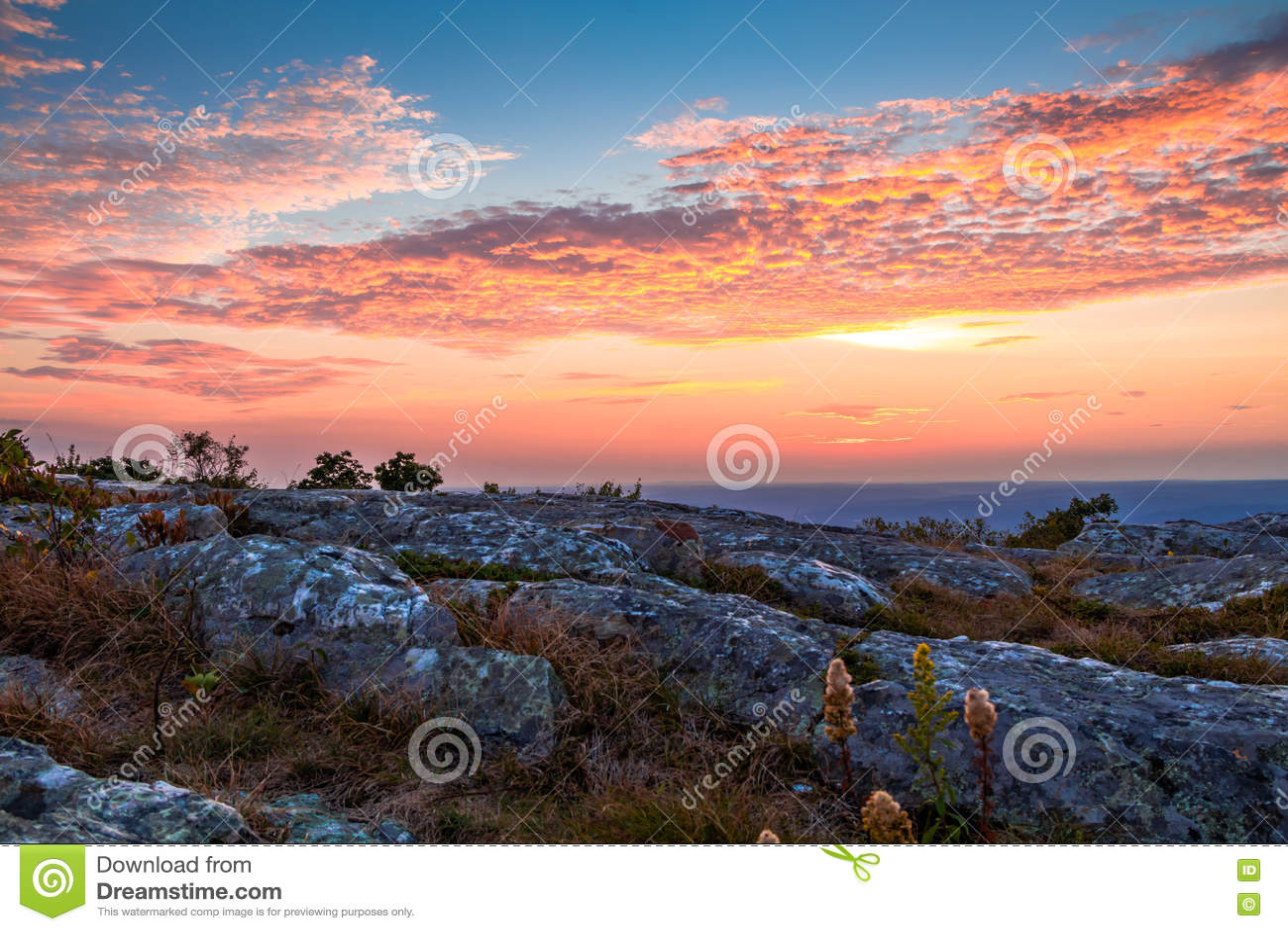 Felsige Granit Outcroppings erscheinen an der Spitze des Höhepunkts