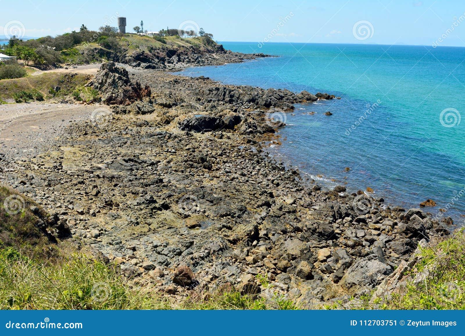 Felsige Küstenlinie nördlich Lamberts-Strandes in Mackay, Australien