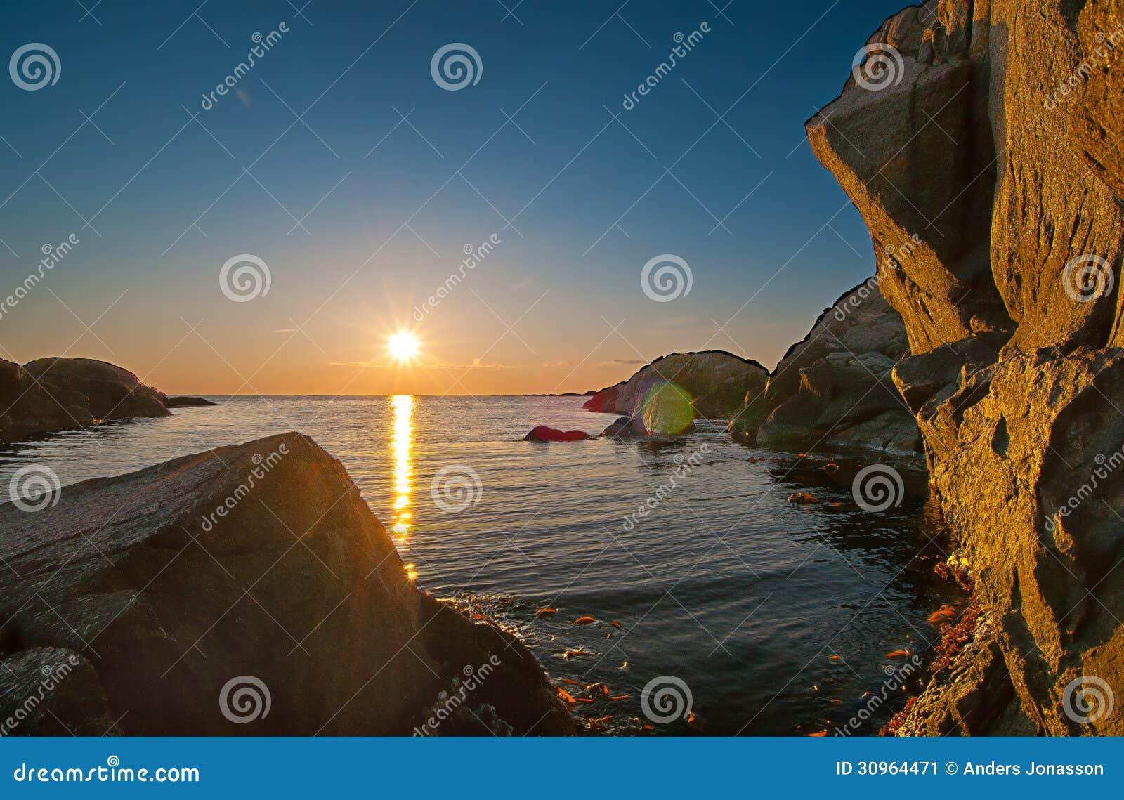 Felsiger Küstenliniensonnenuntergang