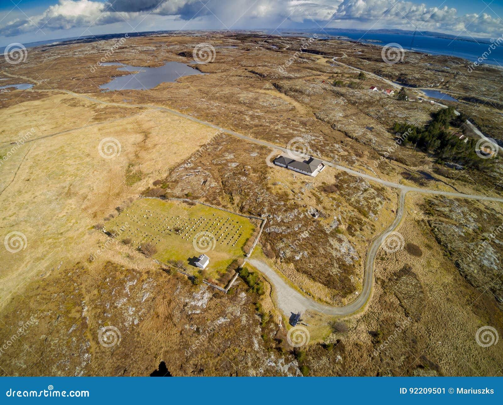 Felsiges Gelände bedeckt mit Gras, Moos und Heide, Vogelperspektive