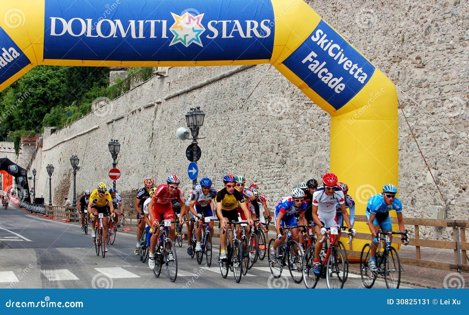 Feltre, Italia:  Ciclisti che corrono nella città medievale