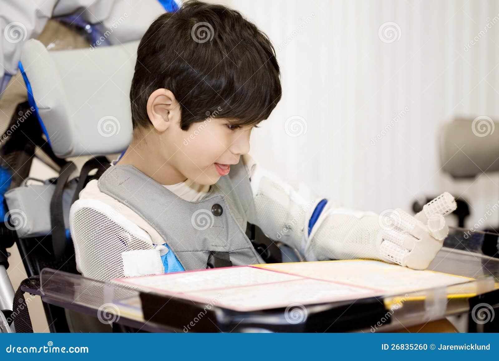 Femåring inaktiverad pojke som studerar i rullstol