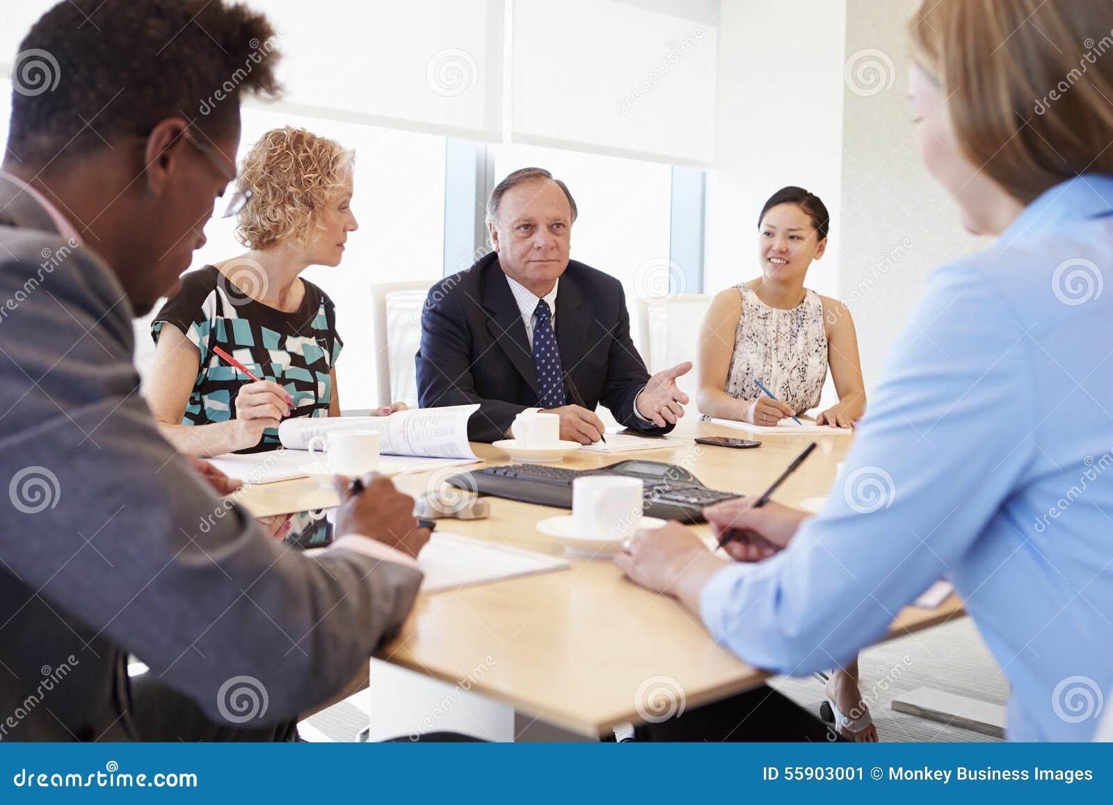 Fem Businesspeople som har möte i styrelse