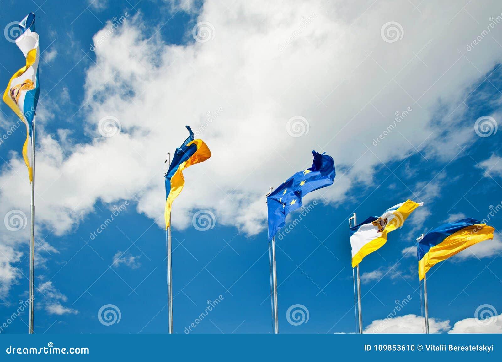 Fem förenade flaggor i himlen