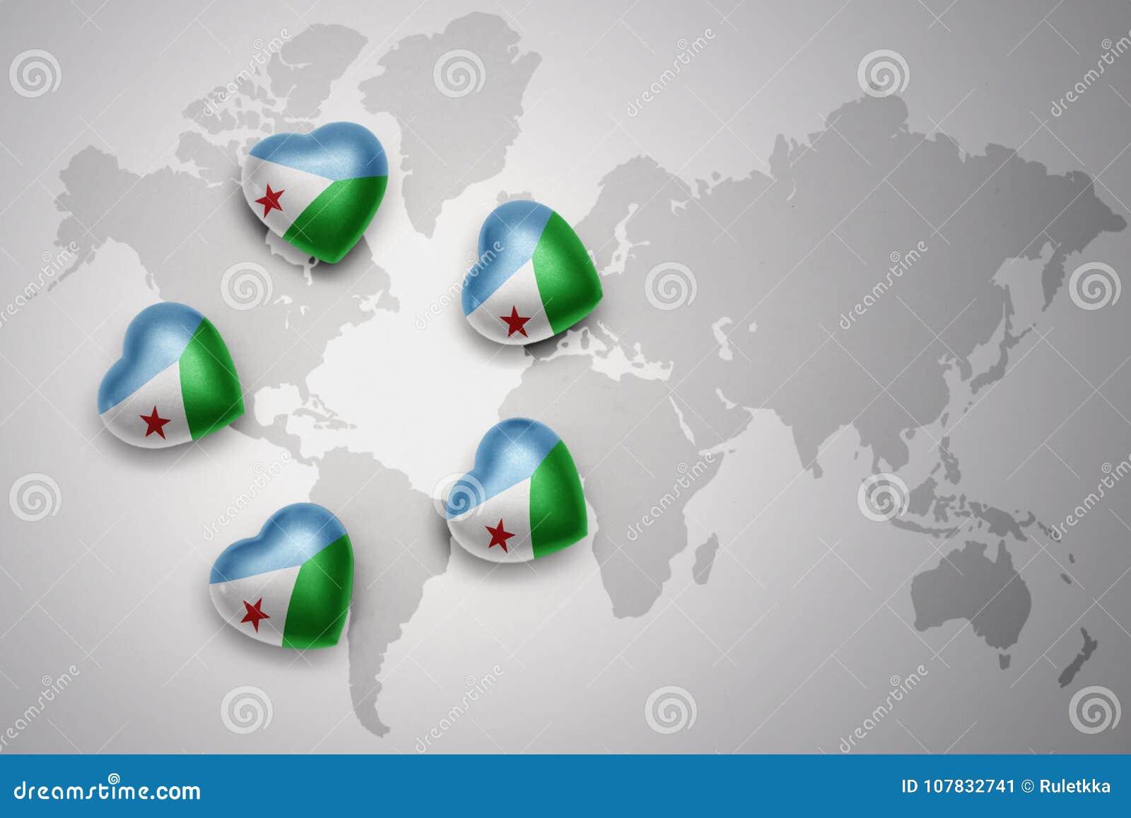Fem hjärtor med nationsflaggan av djibouti på en världskartabakgrund