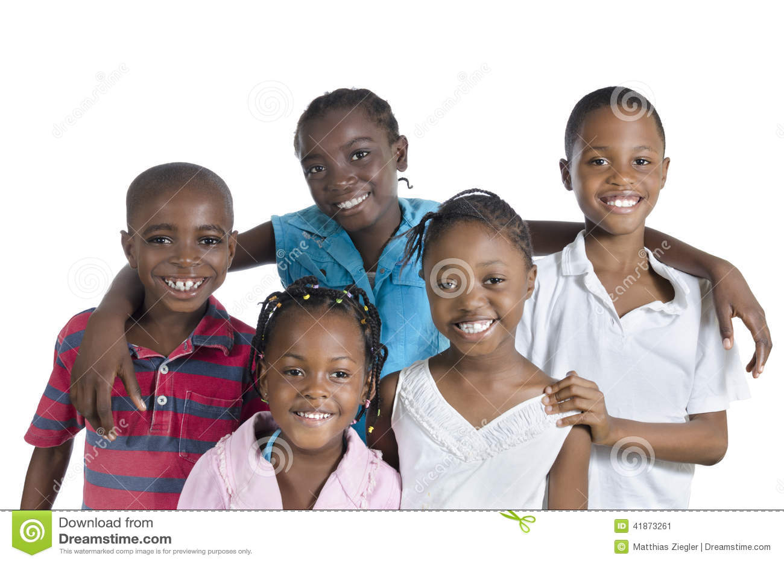 Fem lyckliga afrikanungar som rymmer sig