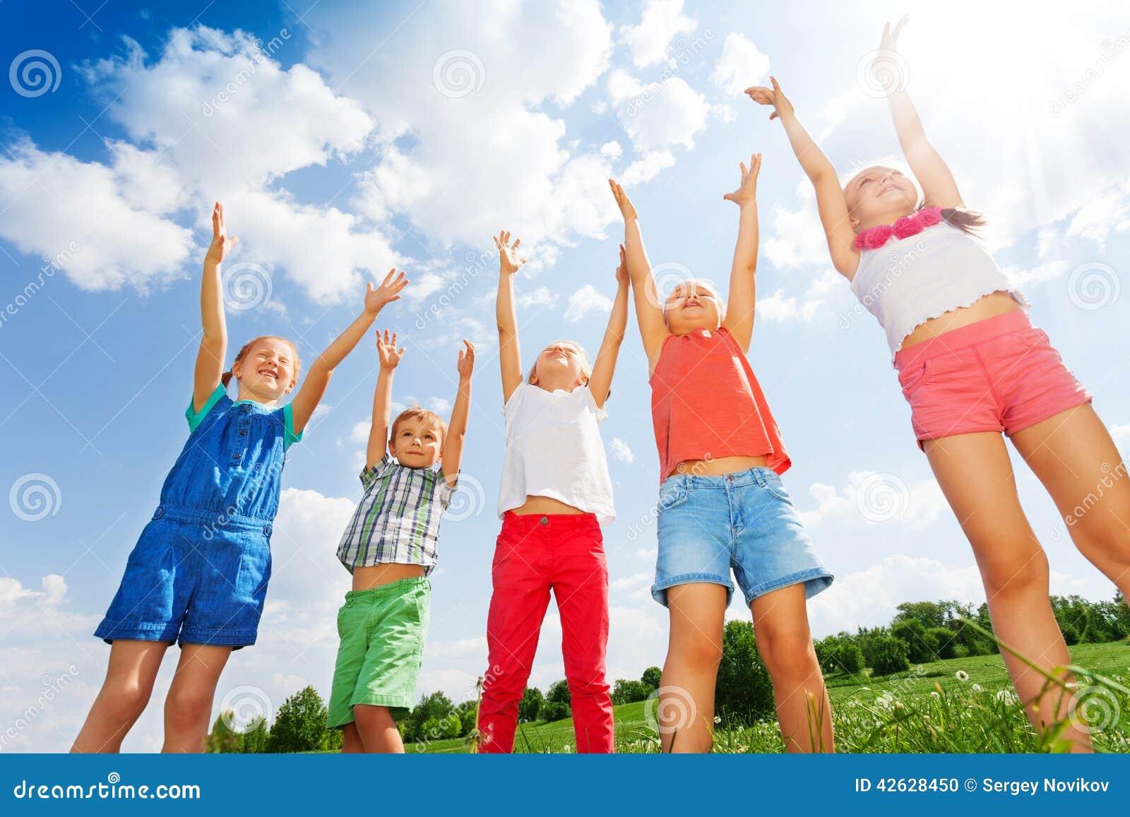 Fem underbara barn som hoppar i luften