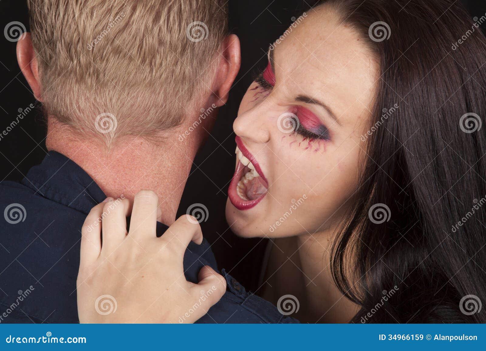 Фото женщина кусает мужчину голого, Мужские яички под ударом » Эротика фото и голых 28 фотография