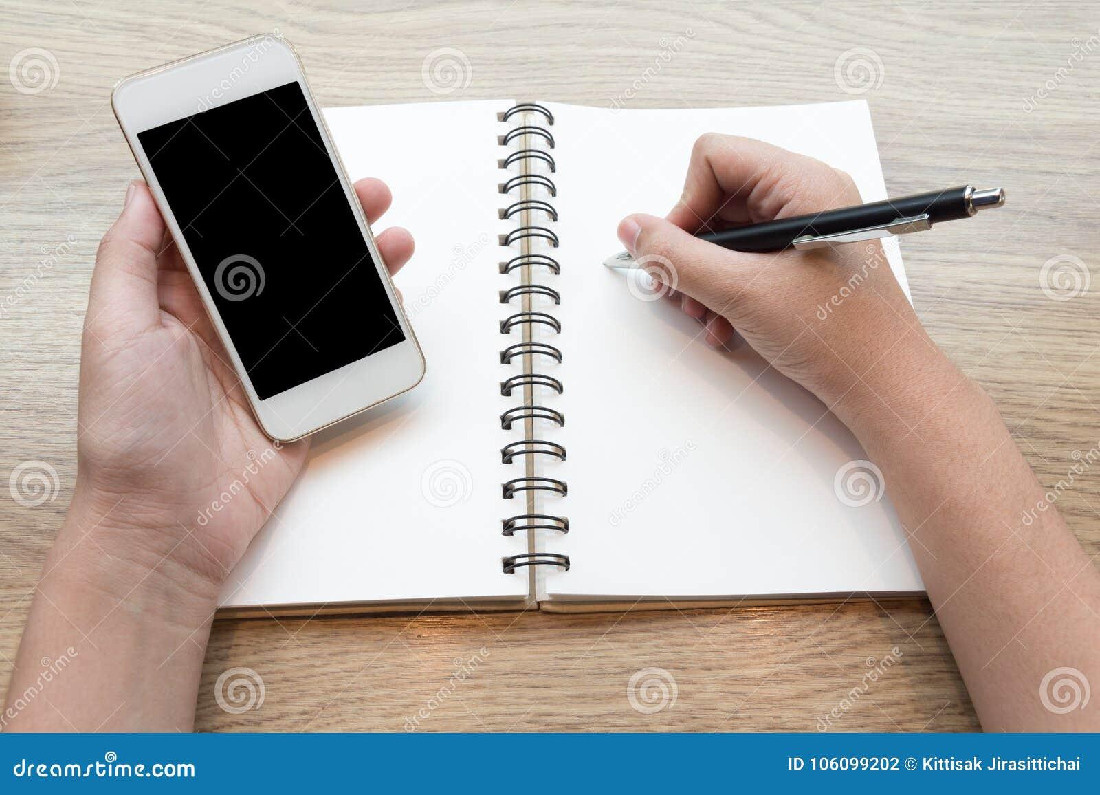 Femelle étudiant et apprenant avec un mobile dans un café