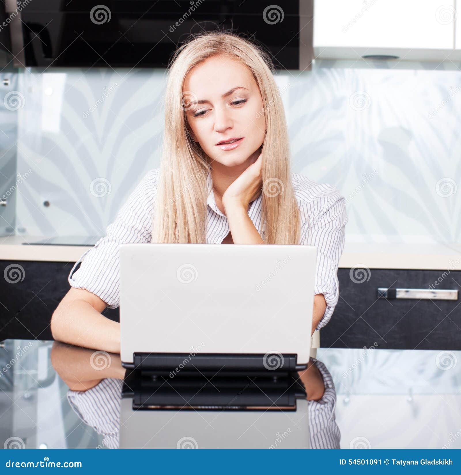 Femelle avec l ordinateur