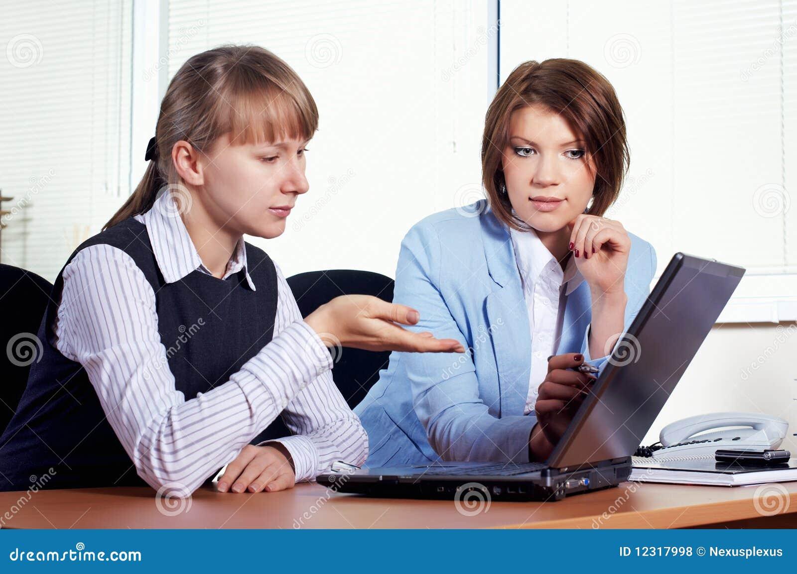 Femelle deux dans le bureau