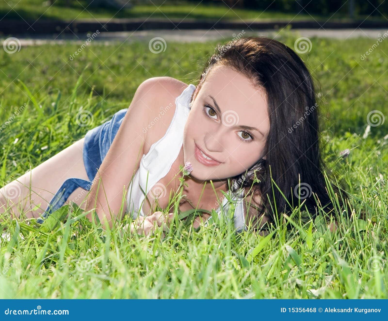 Femelle se trouvant sur la zone d herbe au stationnement