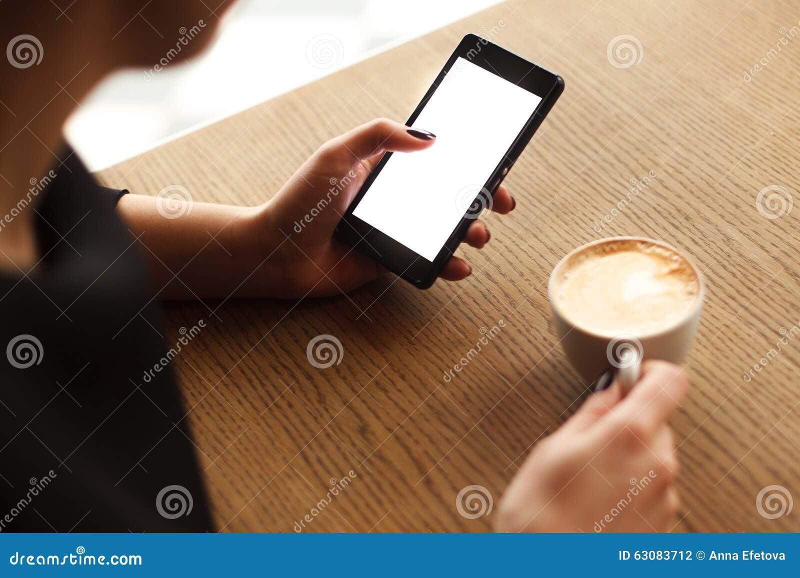 Download Femme à L'aide D'un écran Tactile De Smartphone Photo stock - Image du femelle, dame: 63083712