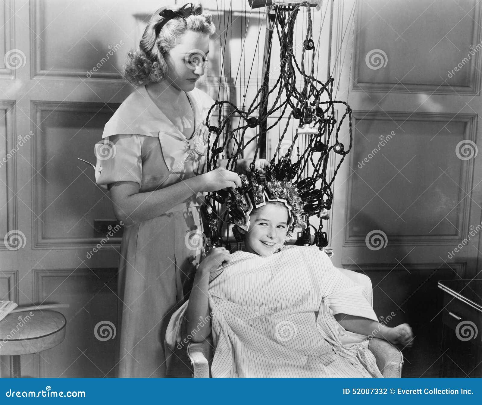 Femme à l aide de la machine pour dénommer des cheveux d adolescentes