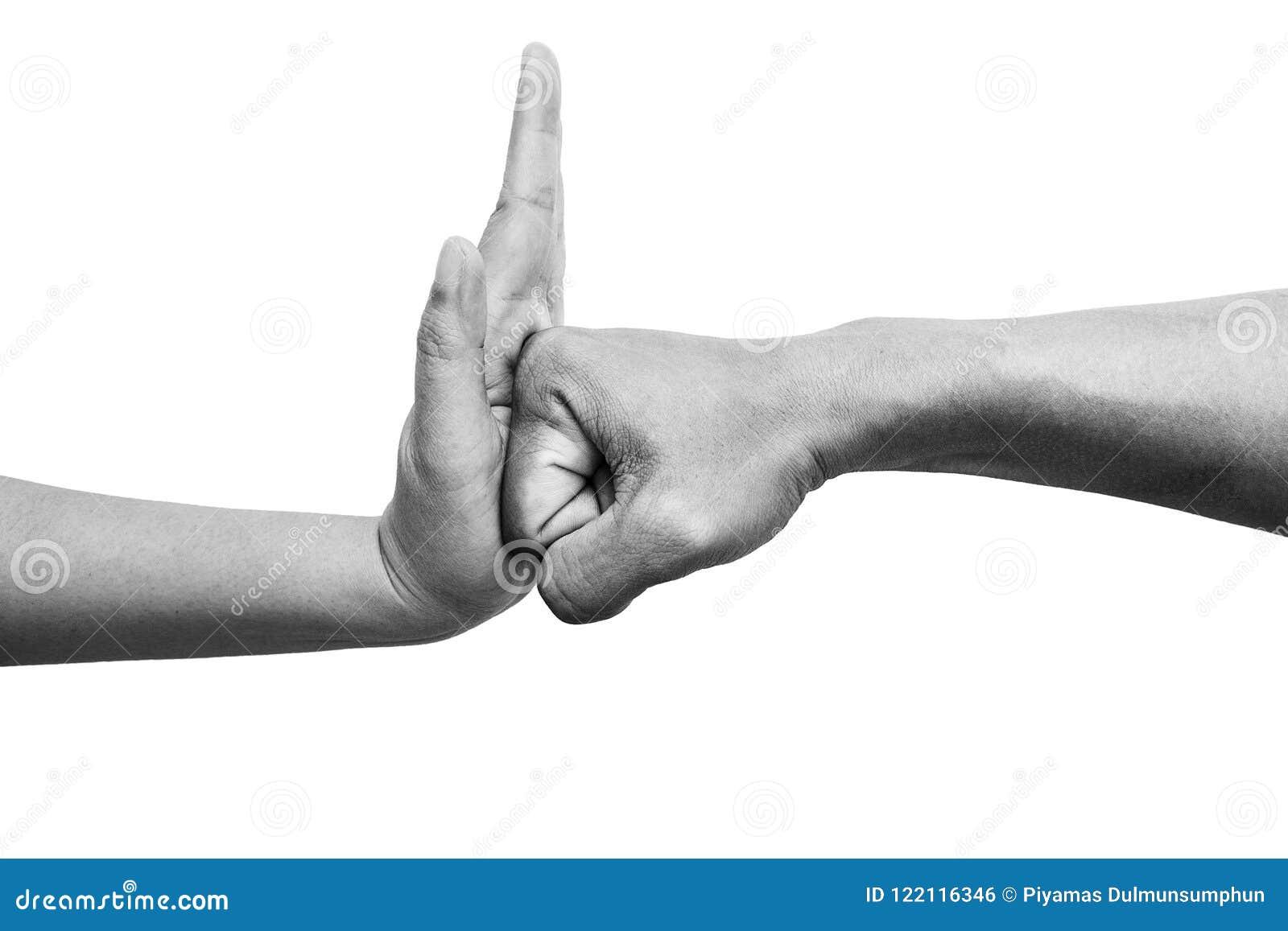 Femme à l aide de la paume de main pour arrêter le poinçon du ` s d homme de l attaque d isolement sur le fond blanc Arrêtez la v