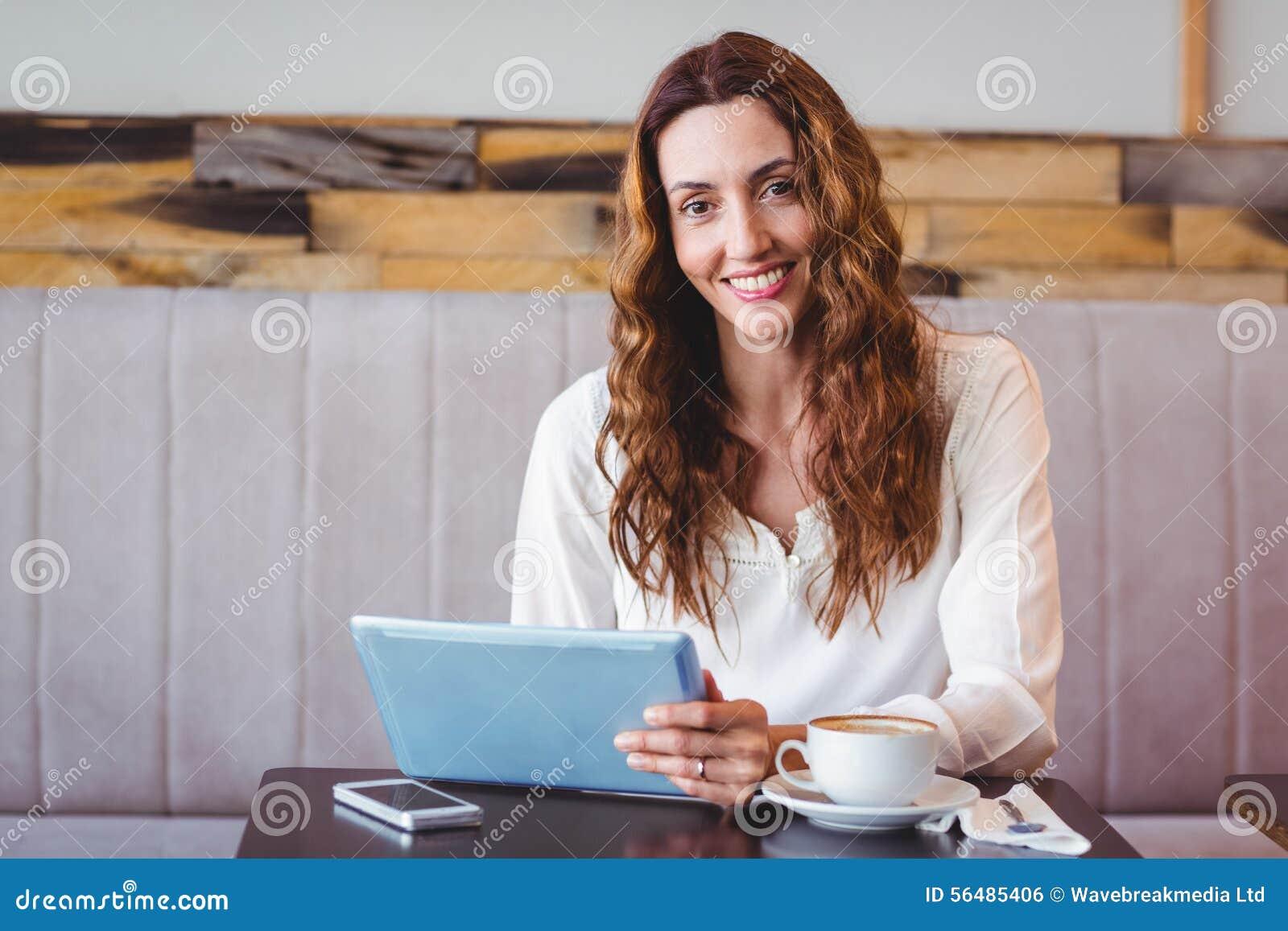Femme à l aide de la tablette digitale