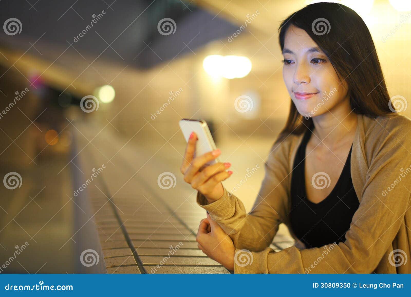 Femme à l aide du smartphone dans la ville