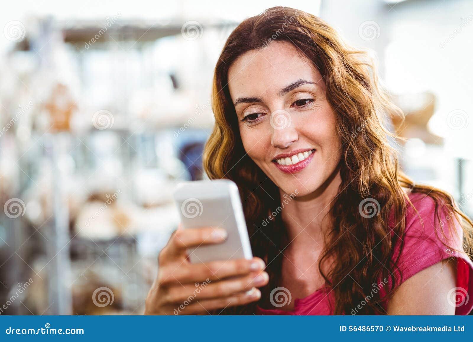 Femme à l aide du téléphone