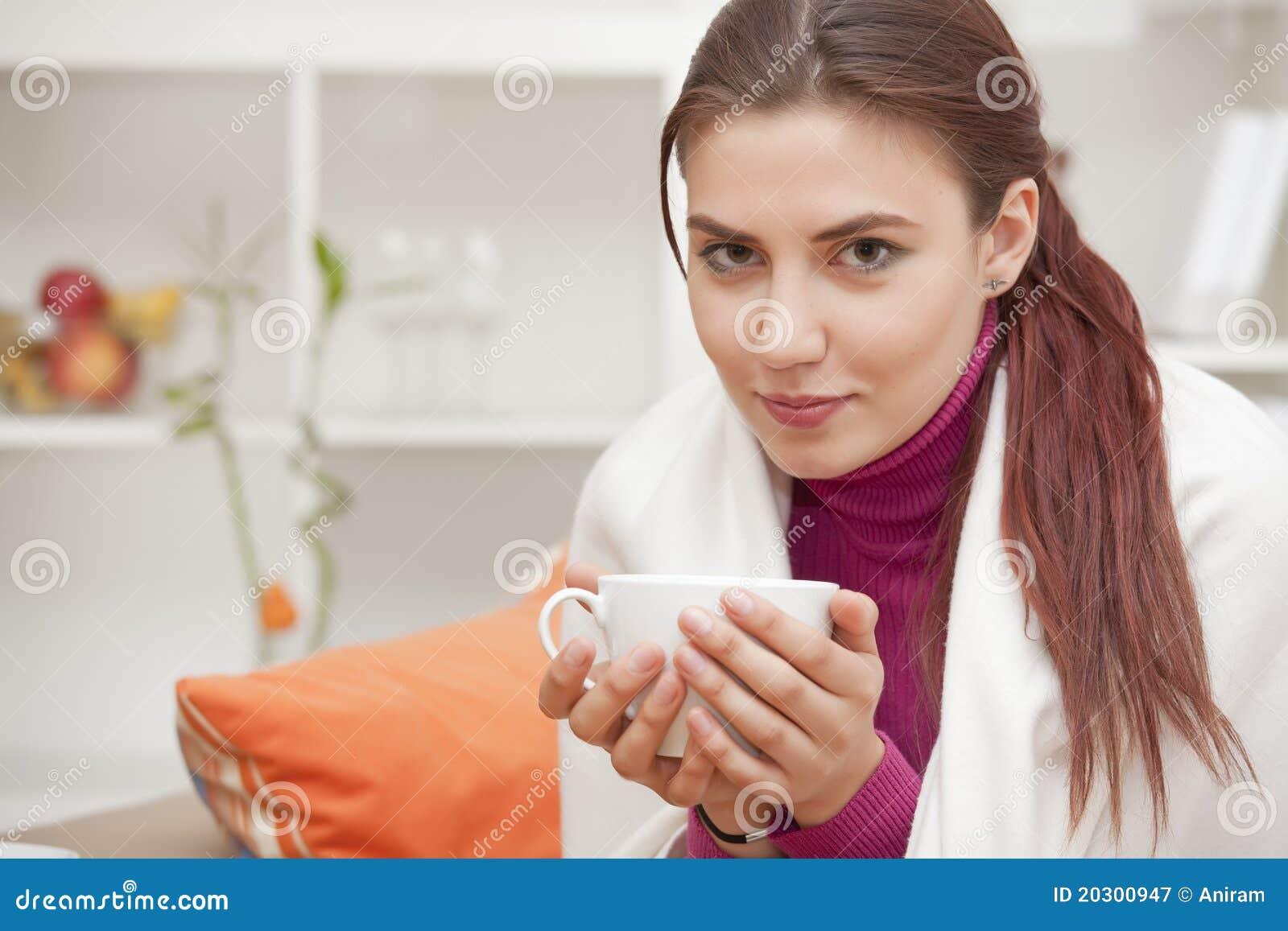 Femme à la maison buvant du thé