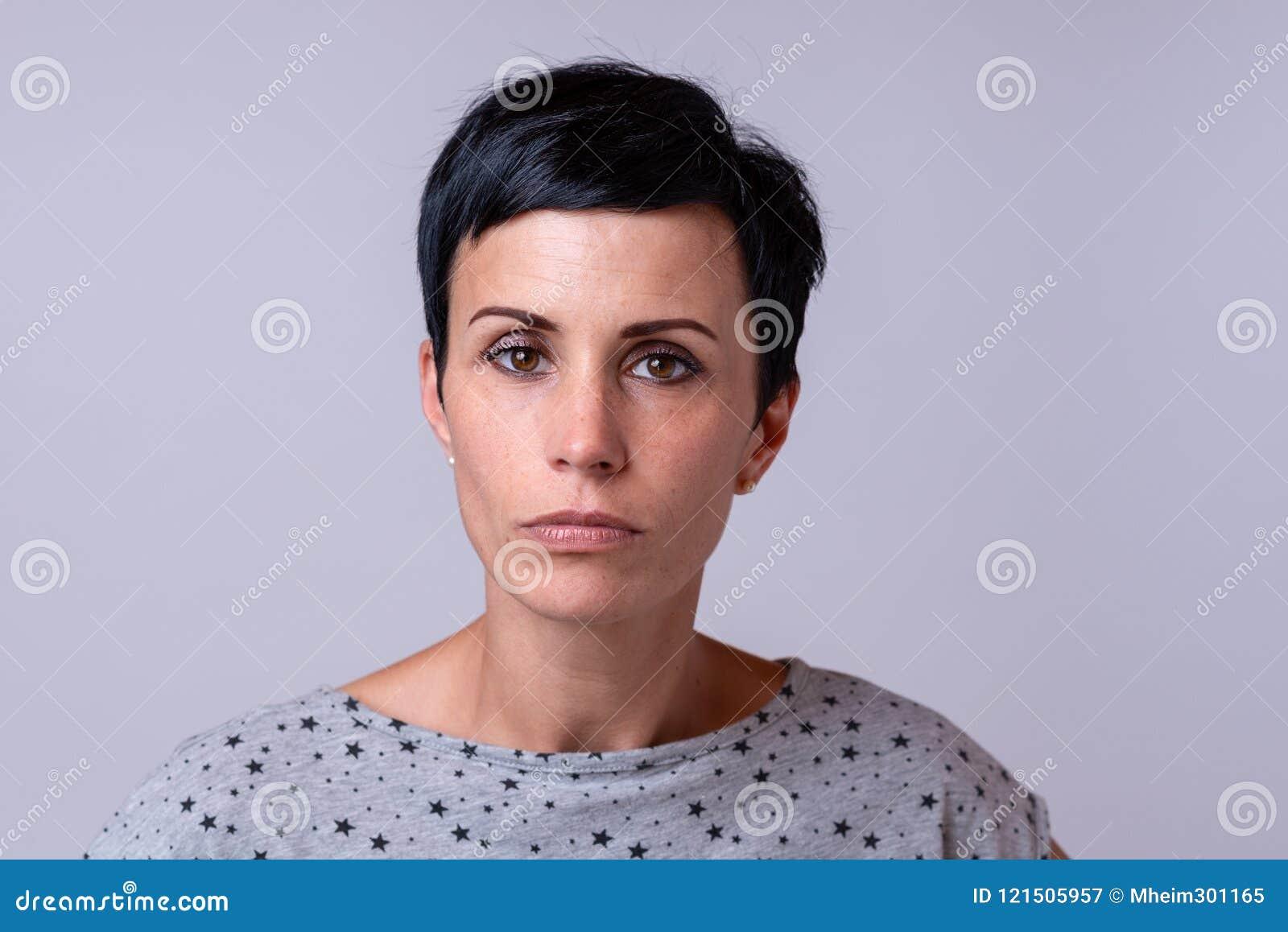 Femme à la mode attirante avec les cheveux foncés courts