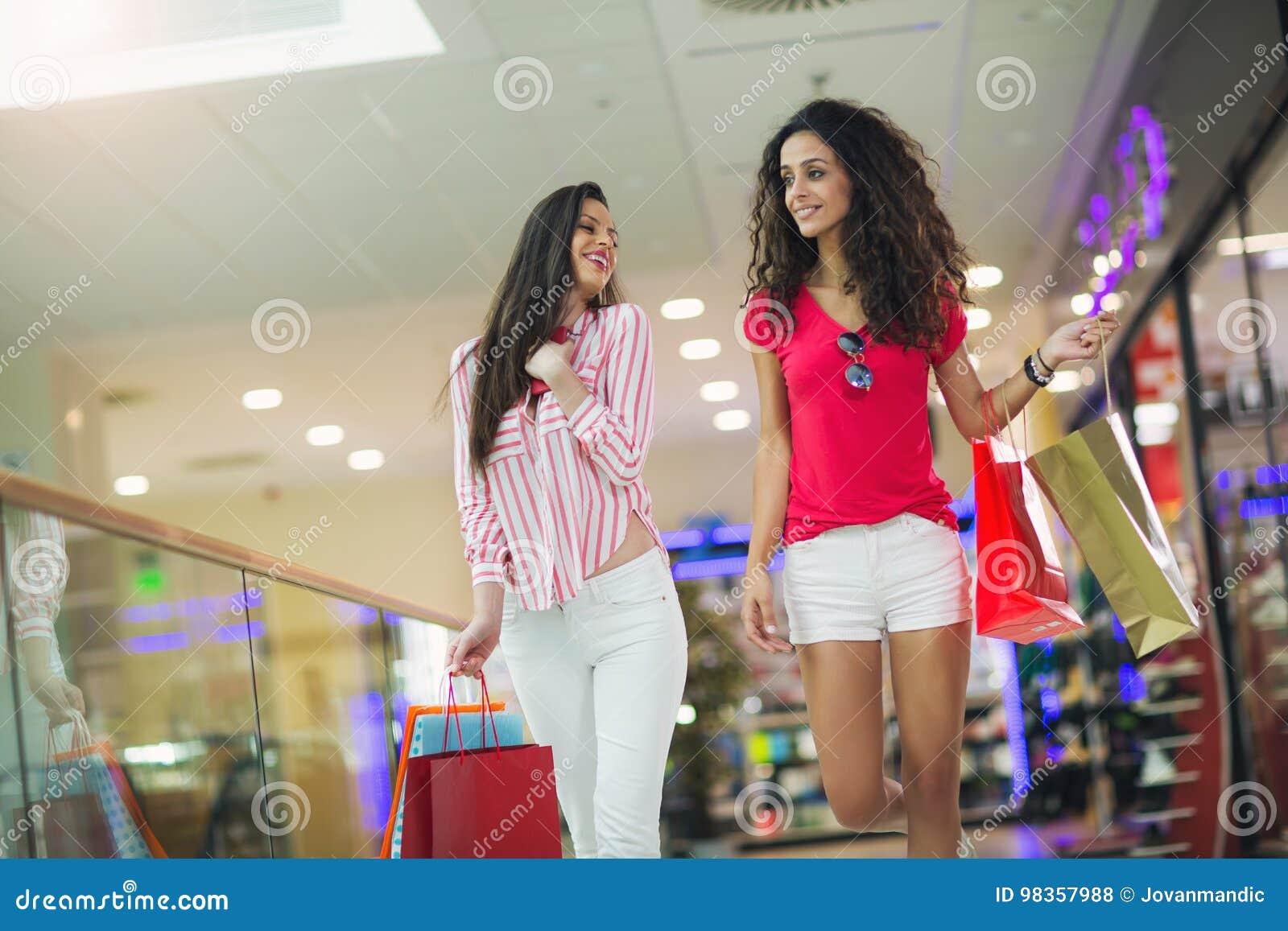 Femme à un centre commercial avec des sacs