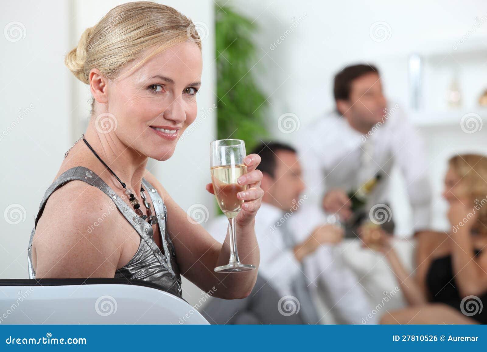 Femme à une réception