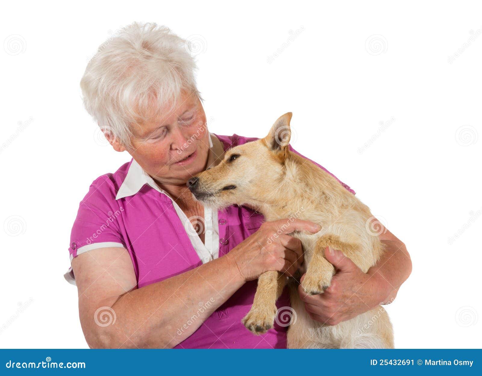 Femme âgée affectueuse avec son crabot