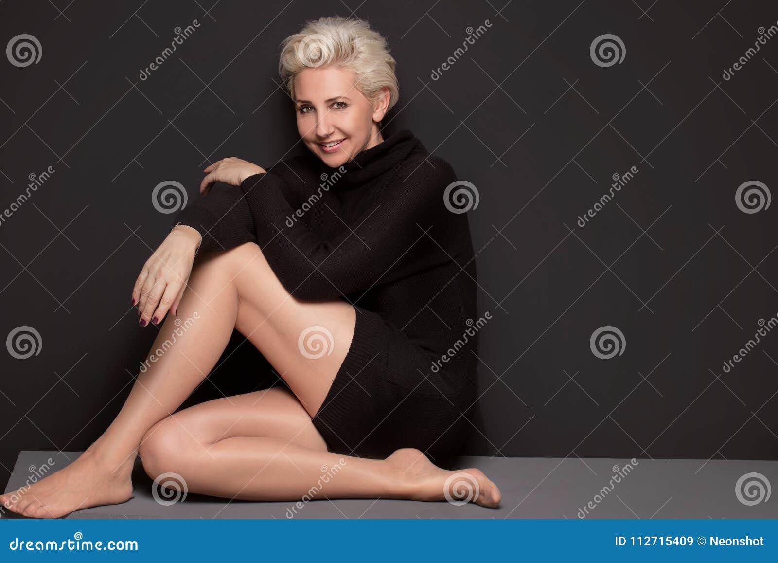 Femme âgée beau par milieu avec la coiffure courte